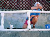 Kvinna målar staket