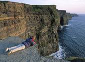 Turist vid Cliffs of Moher, Irland