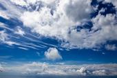 Moln på en blå himmel