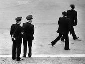 Två poliser och två män på gata