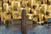 Stockholms stadshus, med mynt i bakgrunden