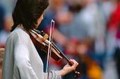 Kvinna som spelar fiol