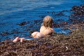 Barn badar i tång