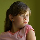 Porträtt av en flicka vid fönster ljus