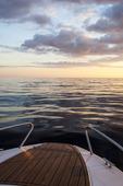 Fritidsbåt i solnedgång