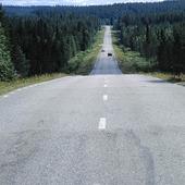 Två bilar på landsväg