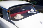 Hattar på hatthyllan i bil