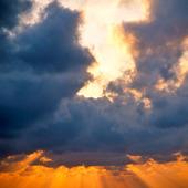 Kvällshimmel med mörka moln
