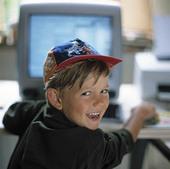 Pojke vid dator