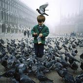 Pojke på Markusplatsen i Venedig, Italien
