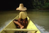 Kvinna i båt på Borneo, Indonesien