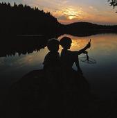 Barn som fiskar kräftor