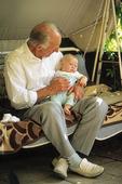 Äldre man med barnbarn