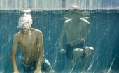 Pojkar som badar i swimmingpool