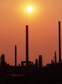 Oljeraffinaderi i motljus