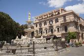 Marknadsplatsen vid katedralen Messina på Sicilien, Italien