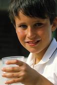 Pojke dricker mjölk