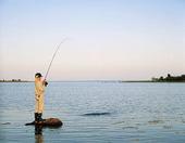 Flicka som fiskar