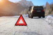 Varningstriangel på vinterväg