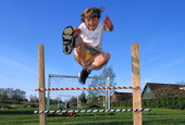 Flicka hoppar häck