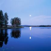 Måne över insjö