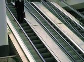 Man i rulltrappa