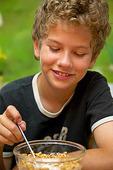 Pojke äter frukost