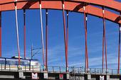 Järnvägsbro med lokaltåg