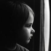 Liten flicka vid fönster