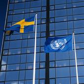 Svernsk flagga och FN-flagga