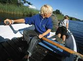 Ungdomar i roddbåt