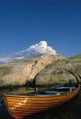 Båt vid klippor