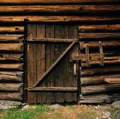 Dörr i stockvirkeshus