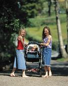 Flickor med barnvagn