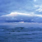Mörka moln över hav