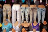 Skyltfönster med modekläder
