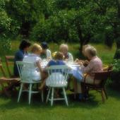 Måltid i trädgård