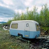 Äldre husvagn på medar