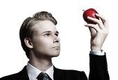 Ung man med ett äpple