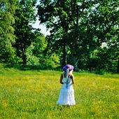 Kvinna på sommaräng