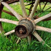 Gammalt vagnshjul i trä