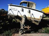 Motorbåt på land