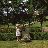 Flicka vid gravsten