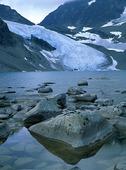 Glaciär vid fjällsjö i Tarfala, Lappl