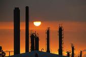 Raffinaderi i solnedgång