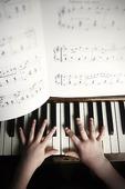 Barn spelar piano
