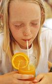 Flicka som dricker juice