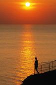 Människa i solnedgång vid hav