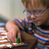 Pojke spelar spel