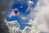 Luftballong bland moln